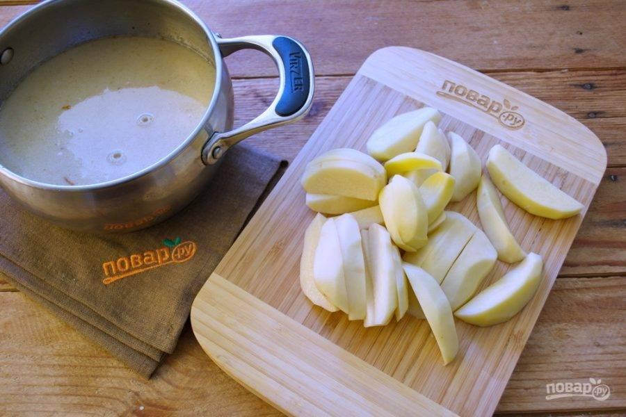 Картофель очистите и нарежьте на кусочки. В кипящий бульон поместите картофель.