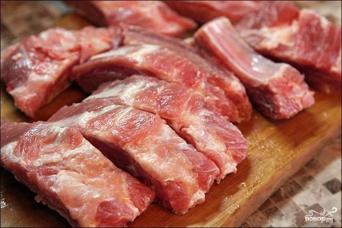 1.Свиные ребрышки тщательно промываем холодной водой. Даем немного обсохнуть, затем нарезаем на порционные куски.