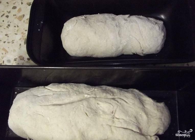 5. Разогрейте духовку до 220С. В противень поставьте форму с хлебом. Затем налейте горячую воду в противень. Выпекайте хлеб первые десять минут при температуре 220С. Затем уменьшите огонь до 200С. Время выпекания составляет 50 минут.