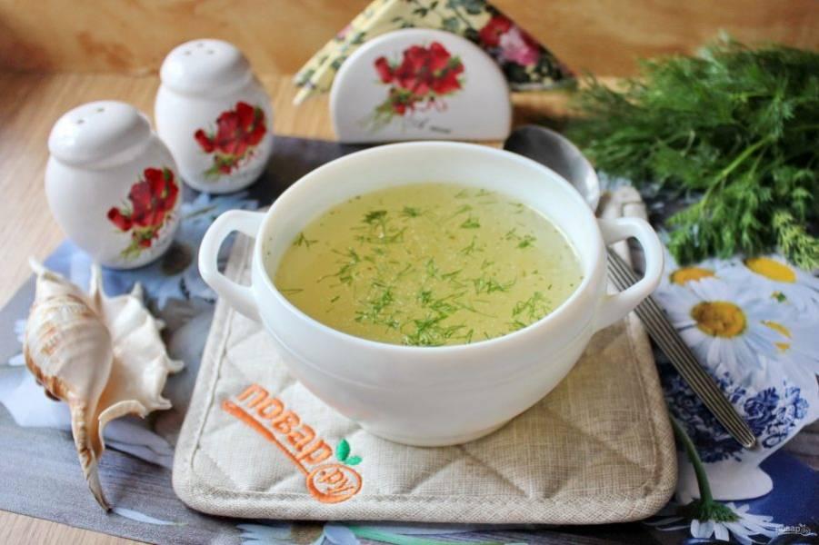 Рыбный бульон готов. Добавьте в него зелень и можно подавать к столу или варить суп.