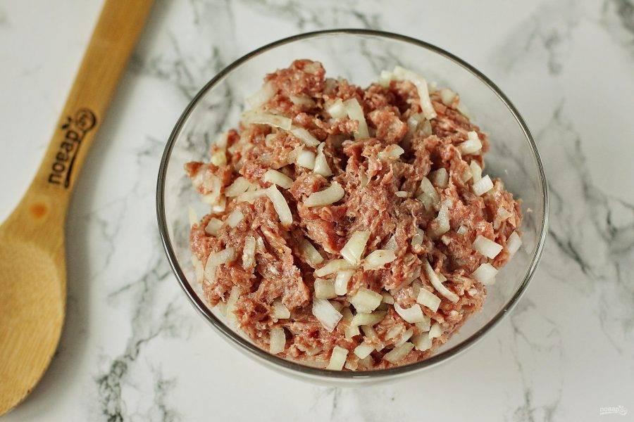 Для начинки соедините фарш и нарезанный мелкими кубиками лук. Добавьте по вкусу соль, молотый перец, любимые специи. Добавьте пару ложек растительного масла и все хорошо перемешайте.