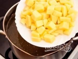 В кипящий бульон положите картофель и варите около 15 минут (до готовности). В то же время поставить на средний огонь сковороду и положите кусочек сливочного масла.