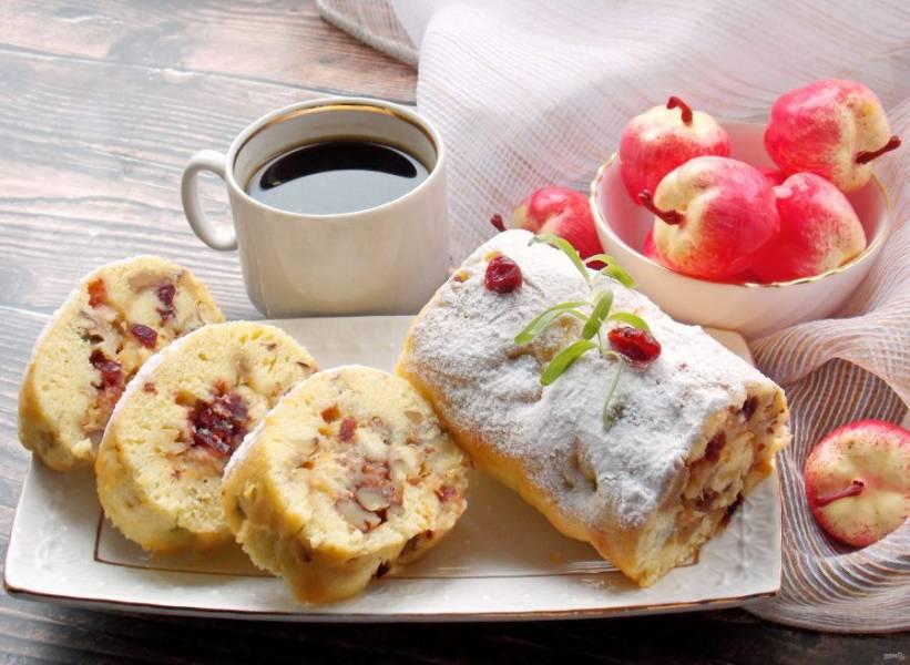 Наш быстрый яблочный рулет с брусникой готов. Разрежьте и подавайте с кофе, чаем или просто с молоком.