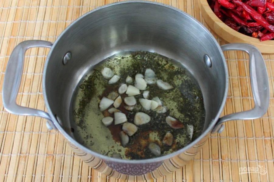 Наливаем оливковое масло и бальзамический уксус. Масляный маринад доводим до кипения, высыпаем в него вяленый перец и убираем с огня.