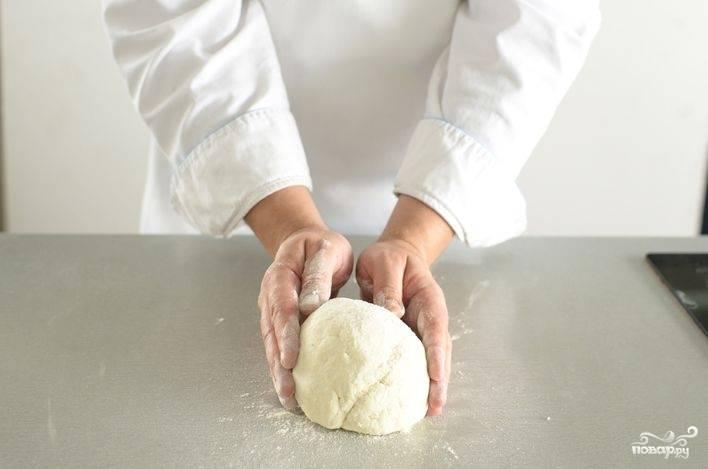 Замесите гладкое и однородное тесто, затем заверните его в кусок пищевой пленки и дайте отдохнуть около 30 минут. Тогда тесто будет отлично раскатываться и не порвется.