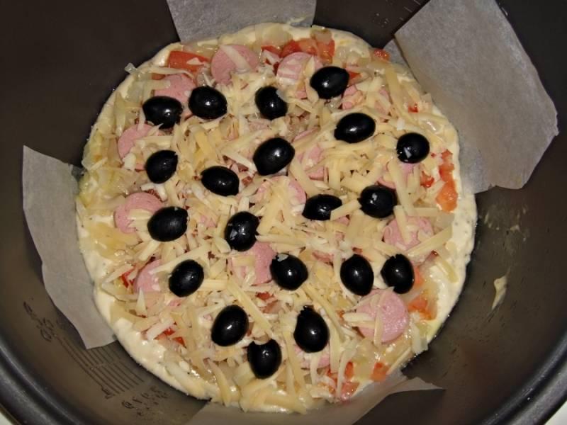6. Теперь режем колбаски или сосиски, посыпаем тертым сыром, украшаем половинками маслин.