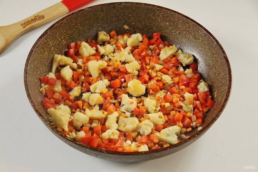 Добавьте перец нарезанный кубиками и продолжайте готовить овощи еще 2-3 минуты. В конце добавьте соль по вкусу и перец по желанию.