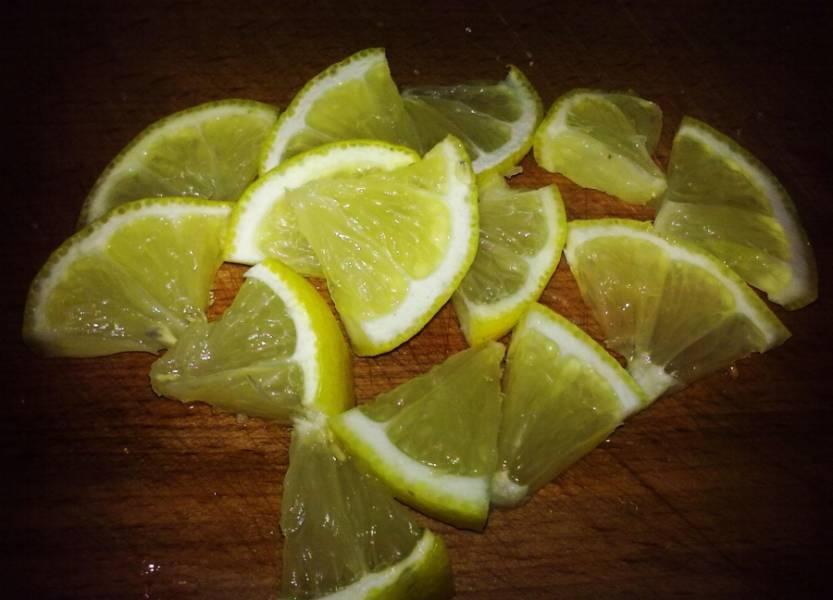 1. Все очень просто делается. Лимон нарезаем тоненькими дольками по количеству предполагаемых канапе.