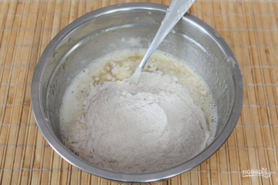 Порциям добавляем муку с разрыхлителем и замешиваем тесто.