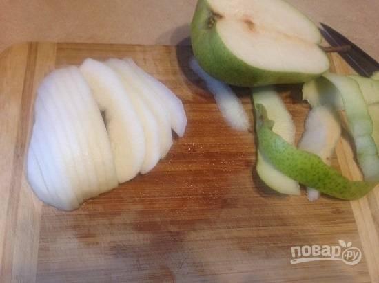 Очистим грушу от сердцевины и кожуры и нарежем на пластинки толщиной примерно 0,5 см. Груша не должна быть слишком мягкой.