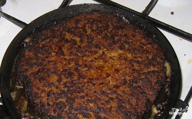 Из полученных блинчиков соберите тортик, перемазывая печеночные коржики майонезом и выкладывая на каждый слой по чуть-чуть жареного лука и морковки. Украсьте тортик по своему усмотрению. Поставьте в холодильник на пару часов, чтобы он пропитался.