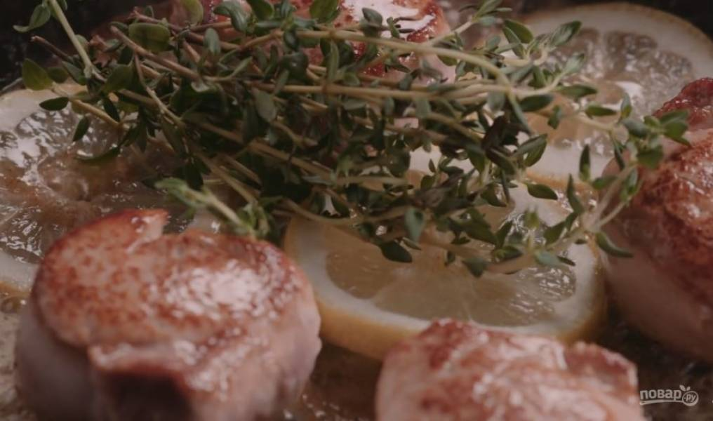 Добавьте лимон, тимьян, соль и перец. Продолжайте жарить до появления корочки, пока мясо не станет мягким.