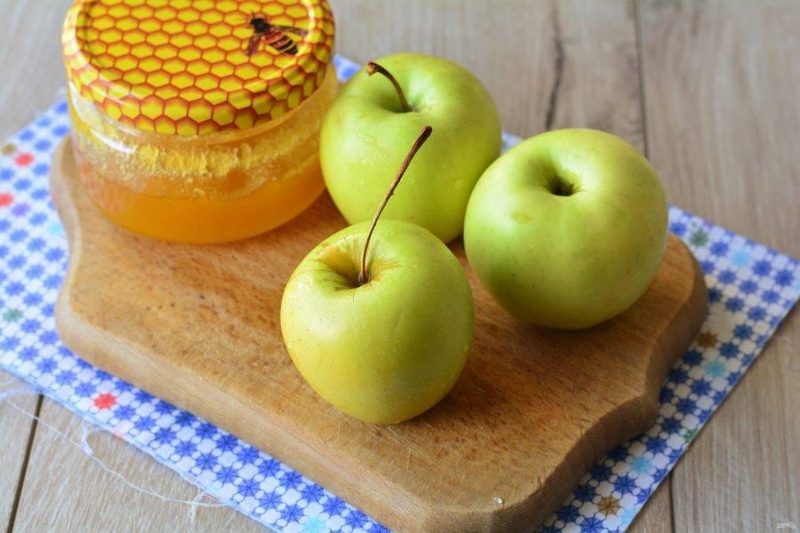 Подготовьте ингредиенты для приготовления яблочного варенья с медом.
