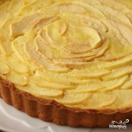 3. Выпекать пирог в течение 50-55 минут, до тех пор, пока яблоки не будут легко протыкаться кончиком ножа. Выложить пирог на стойку и дать ему остыть, чтобы он был чуть выше комнатной температуры. Чтобы сделать яблочную глазурь, довести яблочное желе и воду до кипения в средней кастрюле. С помощью кисти смазать всю поверхность пирога горячим желе. Если яблоки и заварной крем отделились от пирога, используйте глазурь для заполнения трещин. Если вы не используете глазурь, посыпьте пирог сахарной пудрой.