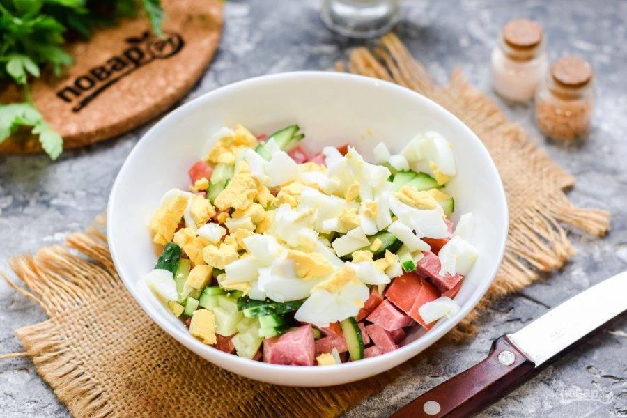 Куриные яйца отварите 10 минут, после очистите и нарежьте кубиками, добавьте в салат.