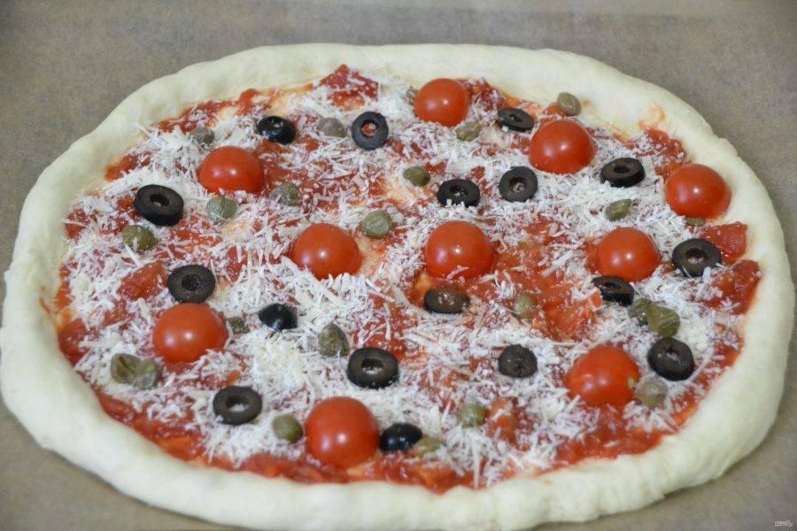 """Добавьте на пиццу каперсы, оливки или маслины, выложите половинки помидорчиков """"черри""""."""