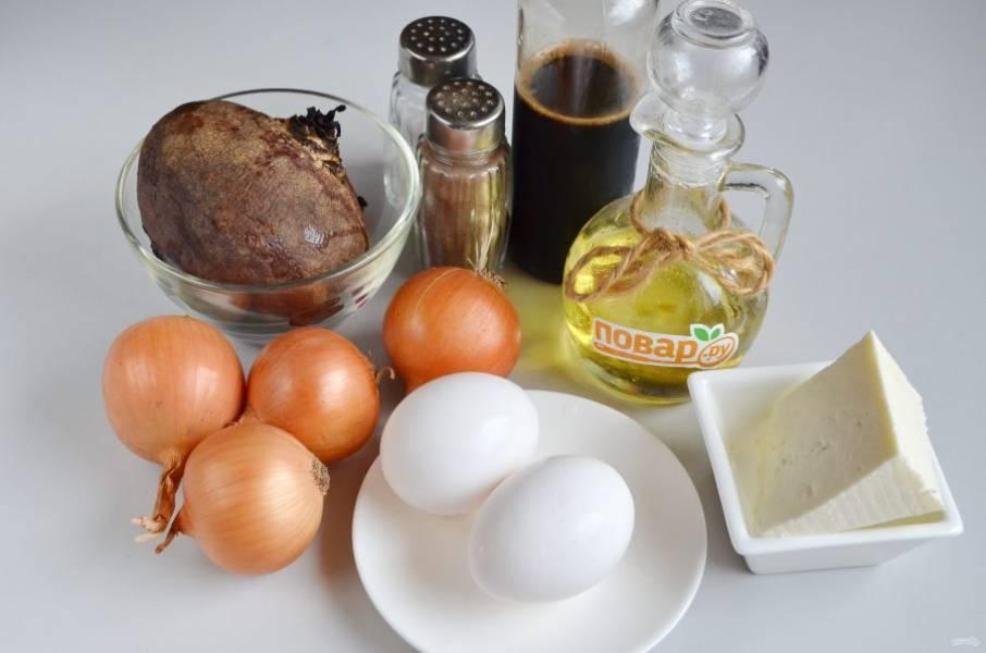 1. Подготовьте продукты: отварите свеклу и яйца, остудите, очистите. Целые яйца не понадобятся, только желтки.