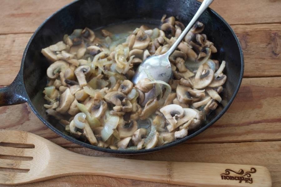 Пока суфле запекается, нарежьте полукольцами лук. Произвольно нарежьте грибы (шампиньоны). Обжарьте лук, потом добавьте грибы. Посолите, поперчите. Добавьте сметану. Влейте немного воды. Размешайте. Проверьте, достаточно ли соли. Выключайте.