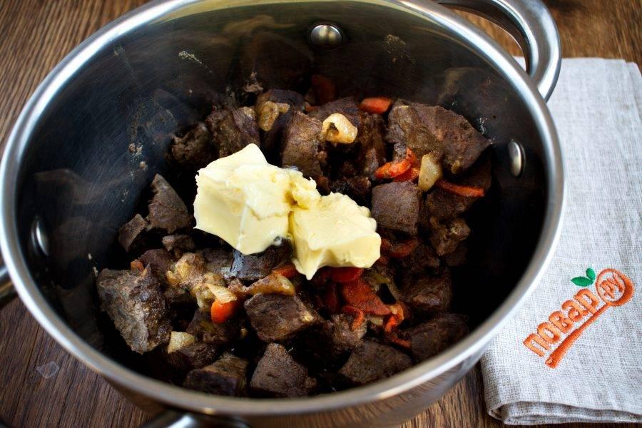 Переложите тушеные овощи и печень в миску, немного остудите и добавьте сливочное масло. Пробейте все блендером до однородной массы. Посолите по вкусу.
