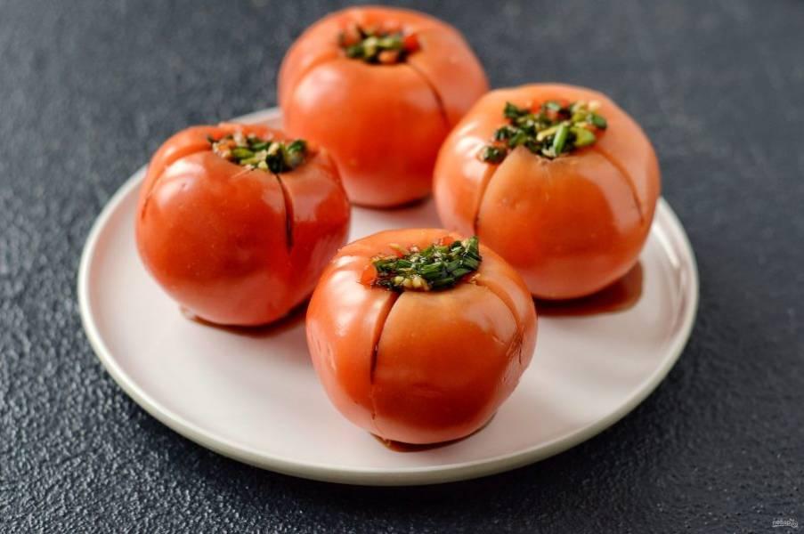 Наполните помидоры начинкой из лука. Переложите помидоры в пищевой контейнер или кастрюлю. Закройте крышкой и оставьте на 24 часа при комнатной температуре.