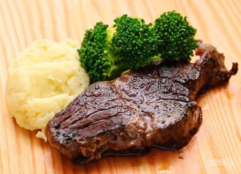 6.Готовый стейк подавайте с гарниром из овощей и пюре. Приятного аппетита!