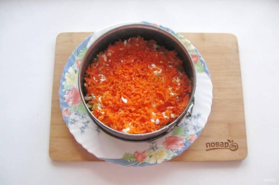 Отварную морковь очистите и натрите на терке. Выложите следующим слоем. Смажьте майонезом.