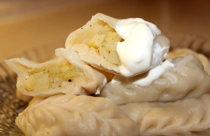 Вареники с сырой картошкой следует варить в слегка подсоленной воде в течение 12-15 минут и подавать со сметаной или со шкварками. Приятного всем аппетита!