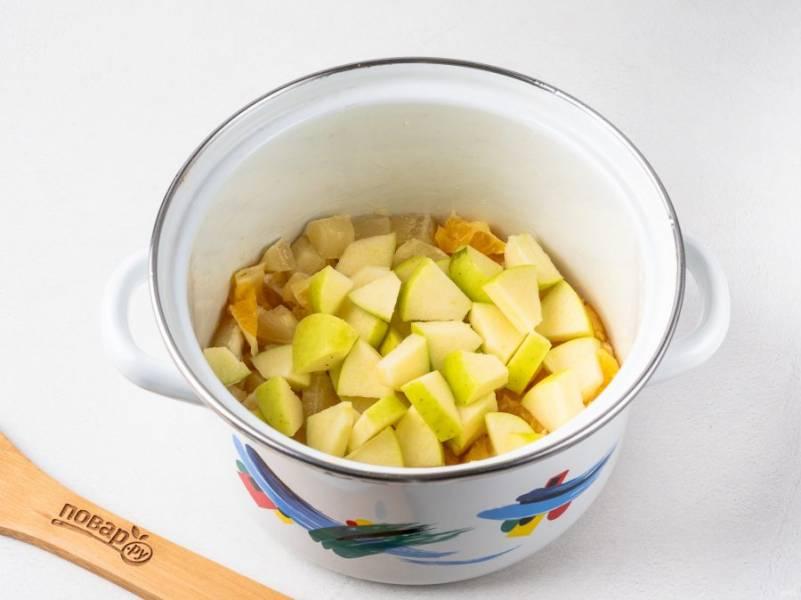 У яблока удалите сердцевину и нарежьте кубиками. Положите в емкость к цитрусам.