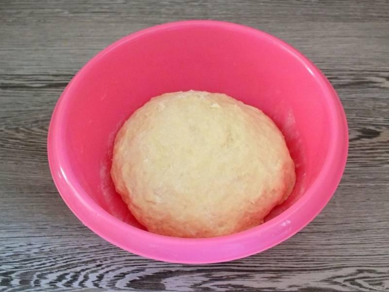 Подсыпая оставшуюся муку, замесите мягкое тесто, которое не липнет к рукам.