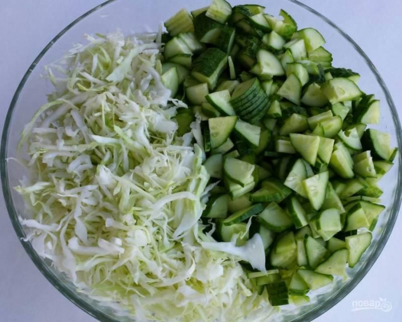 3.В салатник перекладываю огурцы и капусту.
