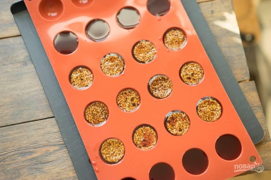 Конфи разлейте по круглым формочкам. Сверху уложите кружки нугатина. Отправьте изделия в морозилку на 4-6 часов.