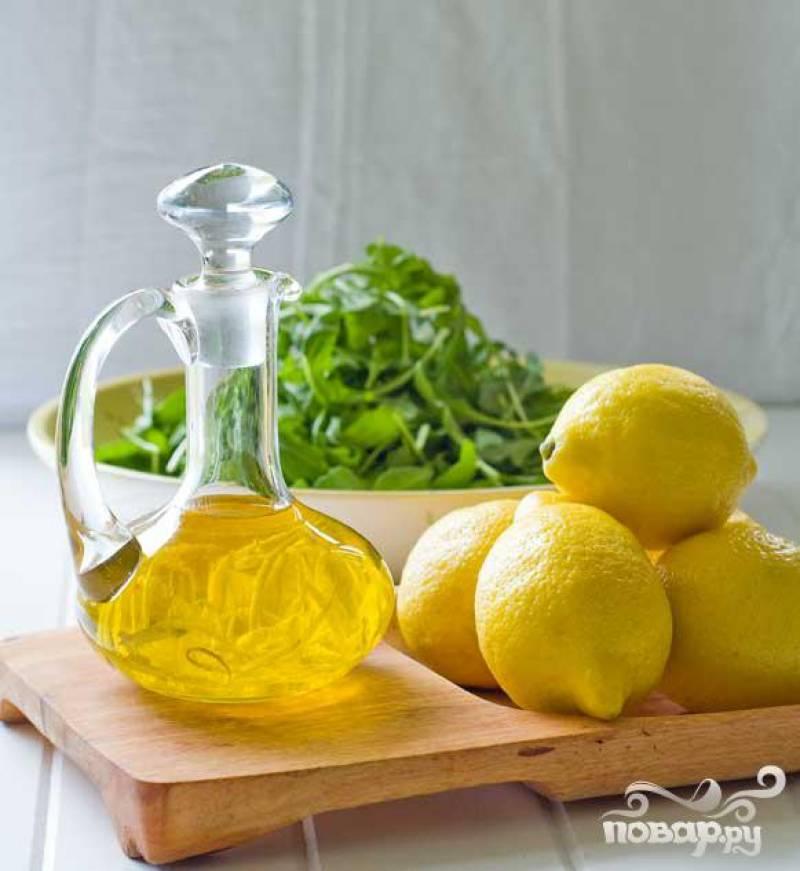 4. Получившуюся рыбно-овощную смесь незамедлительно заправить оливковым маслом и свежевыжатым соком лимона.