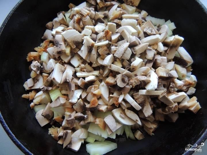 2. Помойте и мелко нарежьте шампиньоны. Почистите лук. Порежьте его мелкими кусочками. Выложите в сковородку с разогретым постным маслом грибы и лук. После полного выпаривания влаги выключите и остудите заготовку.