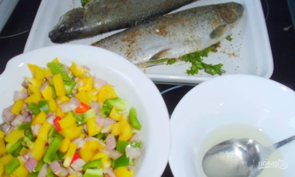 Разноцветные сладкие перцы вымойте и освободите от семян. Нарежьте их на кубики. Также порубите вымытый лук-шалот. Нарежьте тонкими колечками перец чили и перемешайте все овощи. Отдельно приготовьте заправку. Для этого в пиалке смешайте сахар, лимонный сок и бальзамический уксус.