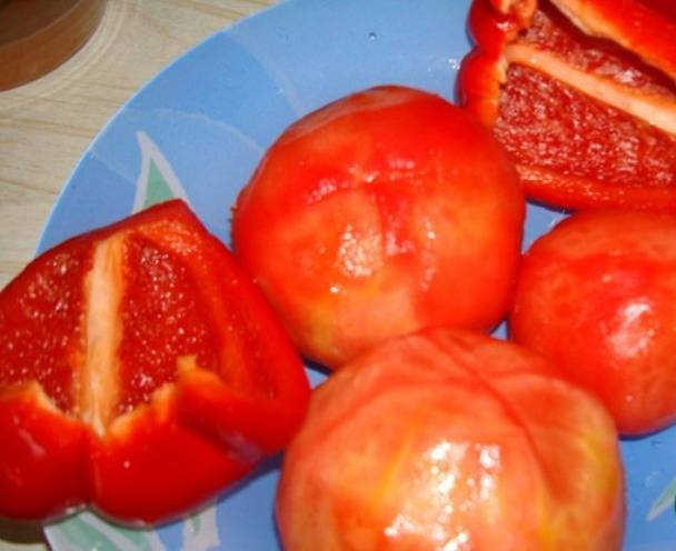 Мелко нарежьте перец и очищенные от кожицы помидоры.