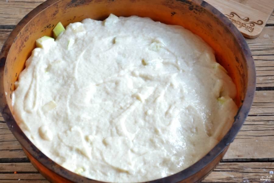 Сверху вылейте тесто, разровняйте его по всей поверхности.
