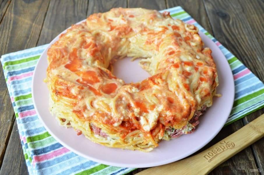 Накройте блюдом форму и переверните, чтобы гиганский пончик оказался на блюде. Подавайте к столу горячим! Приятного аппетита!