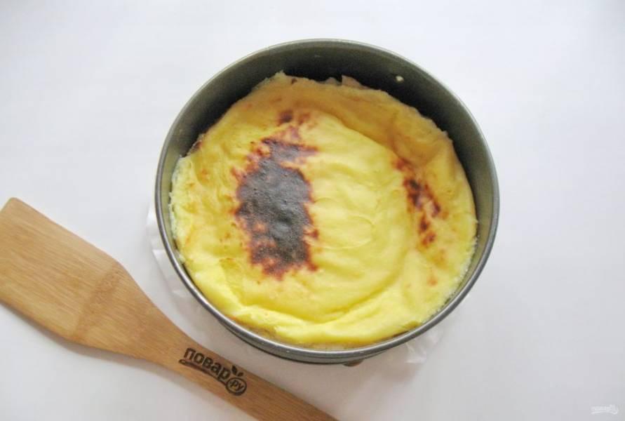 Выпекайте десерт в духовке, разогретой до 175-180 градусов 40-50 минут.