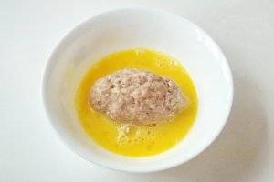 В мисочке разбиваем яйцо, немного взбалтываем и опускаем зразы.
