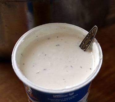 5. Главная составляющая этого блюда - это соус. Сметану необходимо посолить и поперчить по вкусу. Добавить очищенный и пропущенный через пресс чеснок, а также немного горчицы и мускатный орех. Все как следует перемешать.