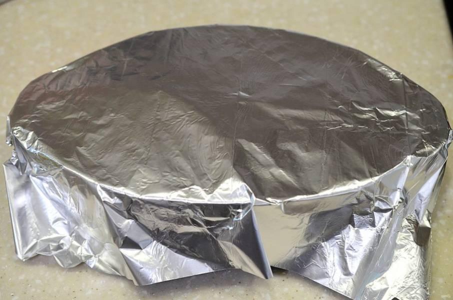 Накройте фольгой и запекайте в духовке при 180 градусах около 1 часа. За 10 минут до окончания можно снять фольгу.