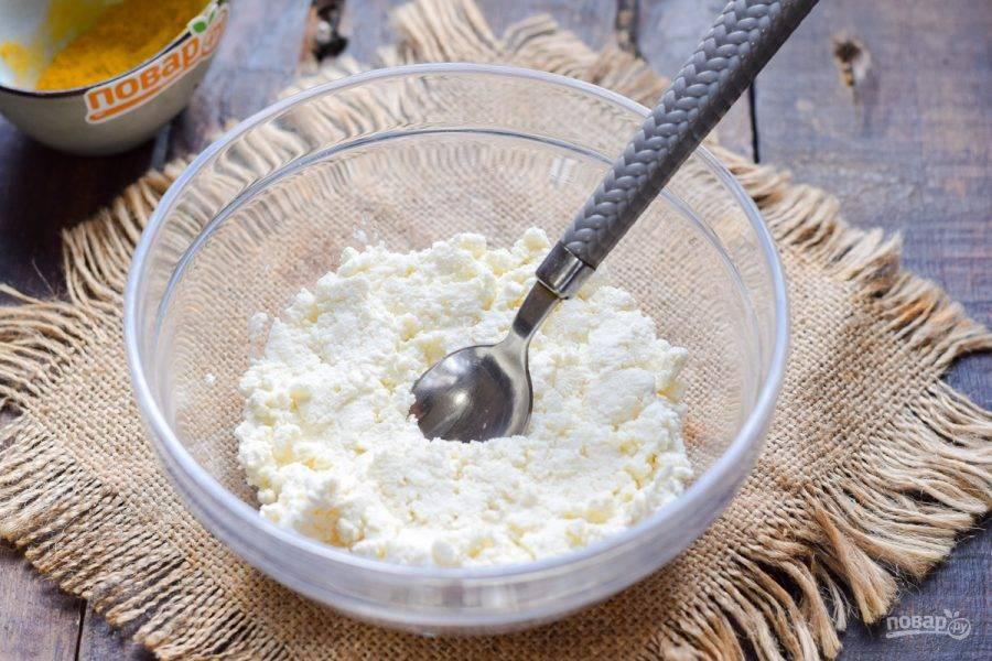 Творожный сыр переложите в глубокую миску.