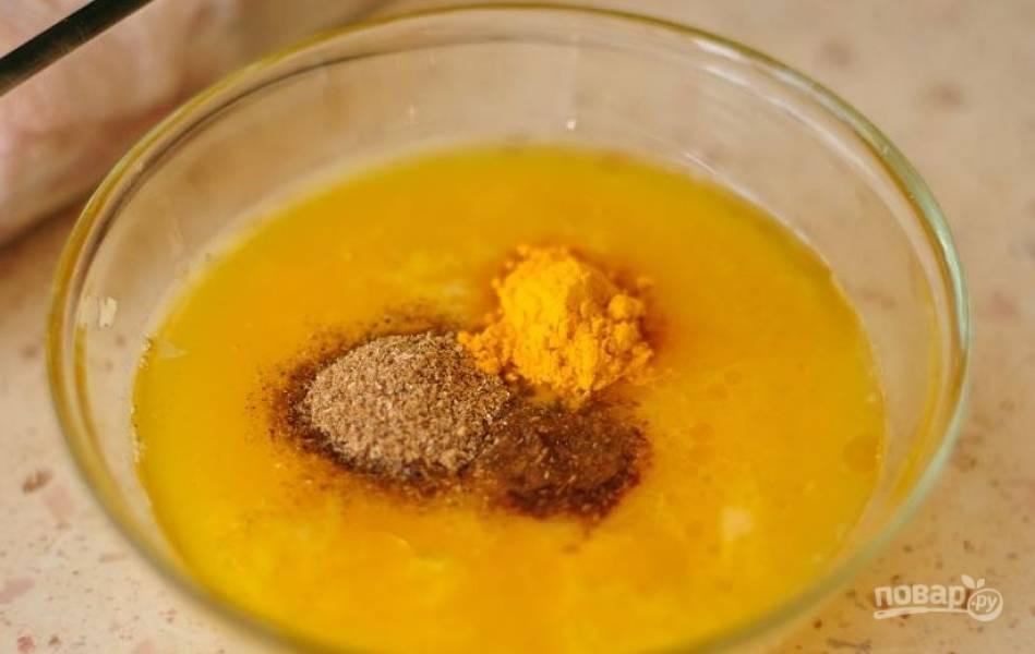 В небольшую пиалку влейте апельсиновый фреш, добавьте к нему жидкий мед, оливковое масло, кориандр, куркуму и тмин. Затем очистите и натрите на терке зубчики чеснока. Добавьте их в пиалку к остальным ингредиентам и тщательно перемешайте.