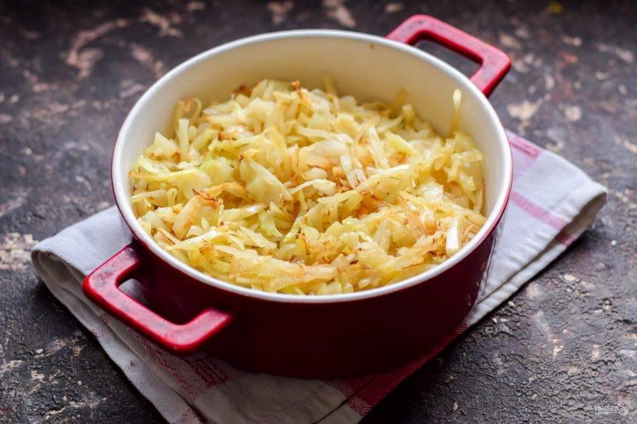 Спустя 20 минут достаньте форму из духовки, перемешайте капусту, добавьте соль и перец. Тушите капусту в духовке еще 1,5 часа периодически помешивая.