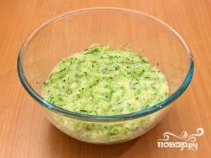 1.Кабачки, болгарский перец и капусту тщательно промываем, нарезаем на небольшие кусочки, затем измельчаем в кухонном комбайне. Если сока много, можно вылить.