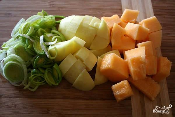 Овощи порезать кубиками, лук мелко кольцами.