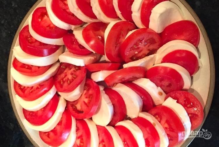 2.Выложите внахлест ломтик помидора, ломтик сыра на тарелку в форме улитки.