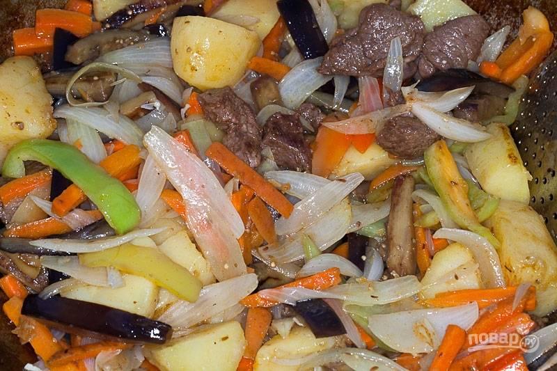 Добавьте все овощи обратно в казан к баранине. Жарьте блюдо до готовности, помешивая.