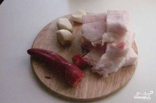 Сало лучше выбирать толстое и очень жирное. В нем не должно быть мясных прослоек. Вымойте его, отрежьте шкурку, поскоблите ножом и нарежьте на куски.