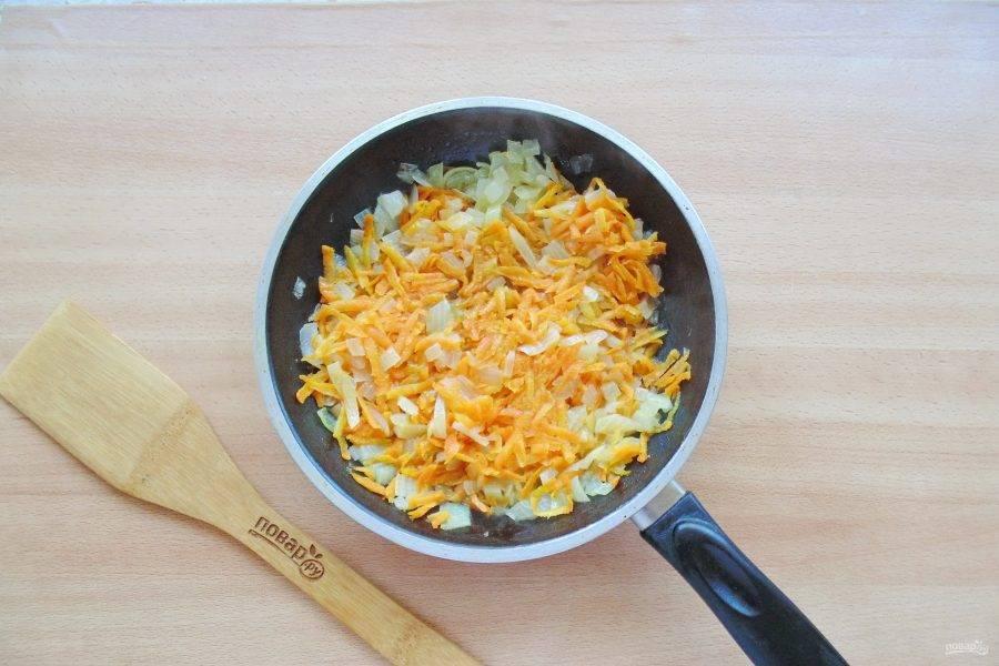 Налейте подсолнечное масло и тушите овощи 7-8 минут перемешивая.